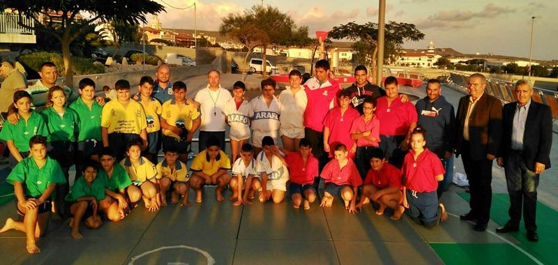 Participantes del II encuentro de base de Lucha Canaria Comarca de Abona con las autoridades. | DA
