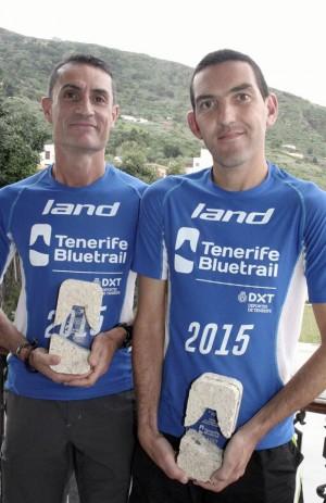 José Manuel y José Carlos con sus trofeos de la Bluetrail.   DA