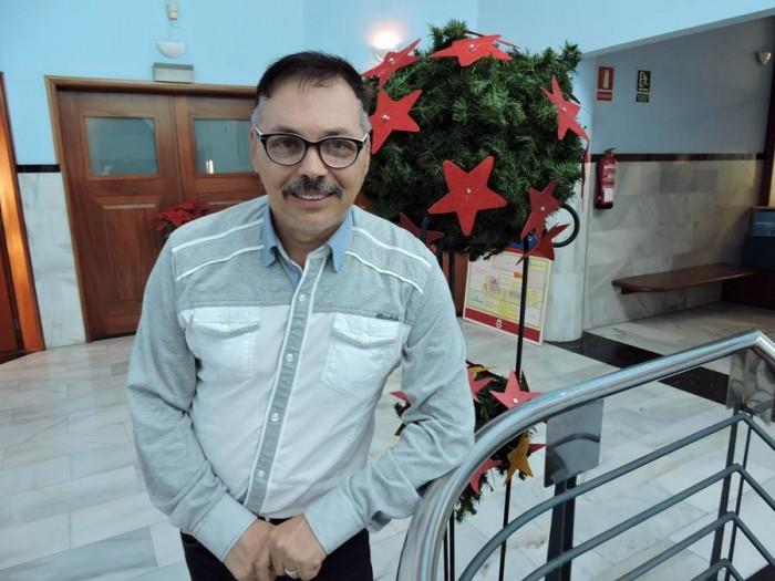 Juan Carlos Armas, en el Ayuntamiento de Candelaria, decorado con motivos navideños. | NORCHI