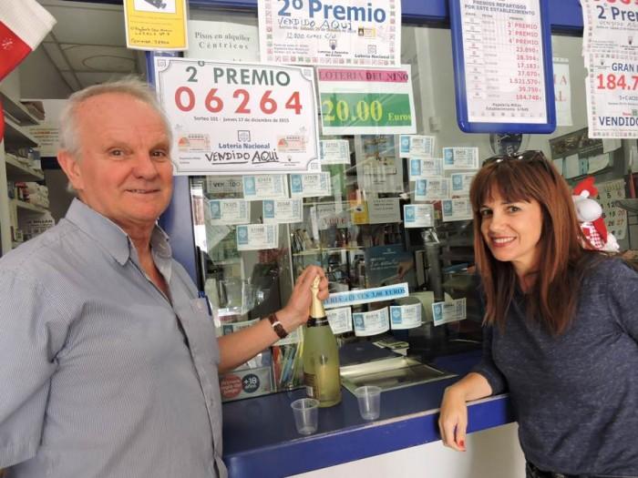 Julián Manuel Millán y su hija Belén, ayer en la papelería que regentan. | N.C.
