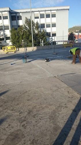 Un trabajador coloca el líquido en las grietas. / CEDIDA