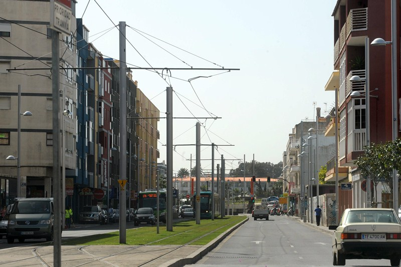 Las zonas con estacionamiento limitado se reparten por todo el municipio, como en la avenida Trinidad. / SERGIO MÉNDEZ
