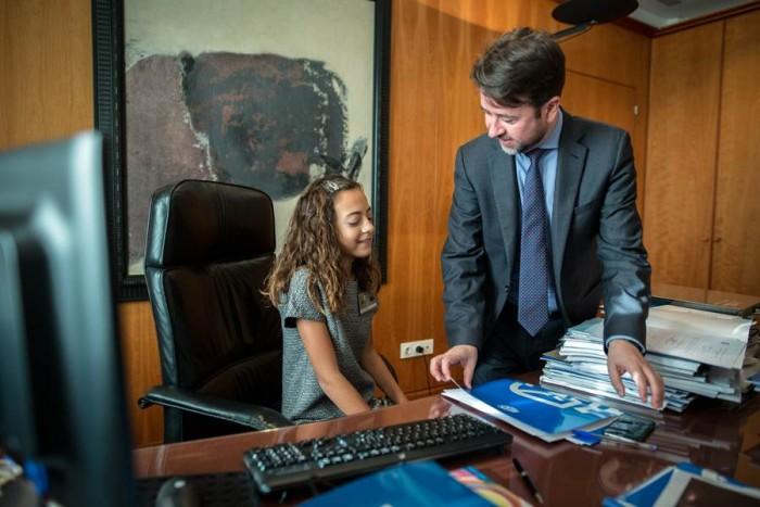 La niña Paula Ruiz y el presidente del Cabildo, Carlos Alonso, ayer, en el pleno. | ANDRÉS GUTIÉRREZ