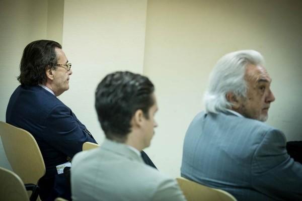 Los demandados Hernandis (i) y Reyero (d); al centro, el demandante Piñeiro, ayer en el juzgado. | A. GUTIÉRREZ
