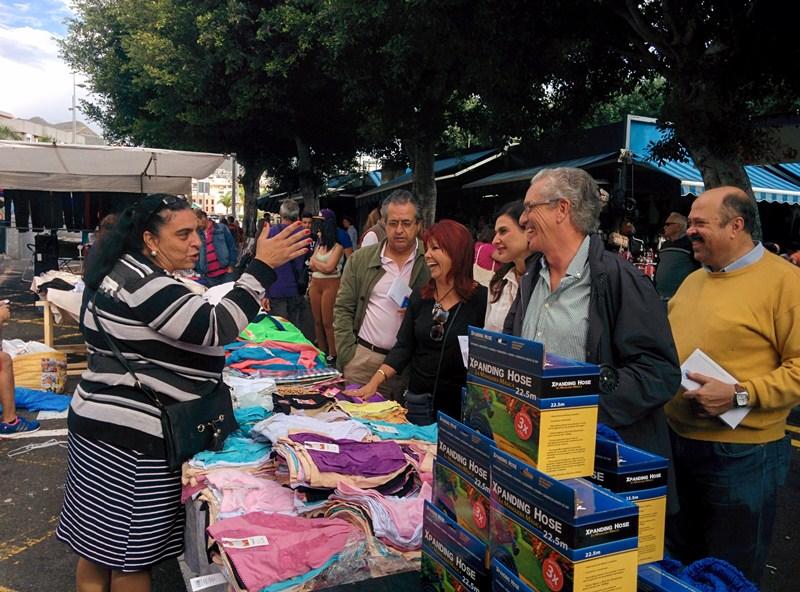Los candidatos Pablo Matos, Antonio Alarcó, Milagros Pérez y Manuel Torres, en el rastro de Santa Cruz. / DA