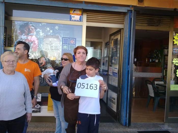 María Montaña junto a su hijo Álvaro, muestran orgullosos el número ganador. | DA