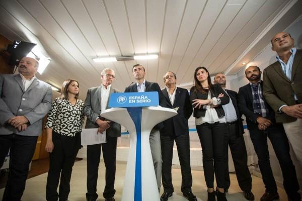 Matos, Domínguez y Alarcó, junto a otros candidatos del PP, en la rueda de prensa de ayer. | ANDRÉS GUTIÉRREZ