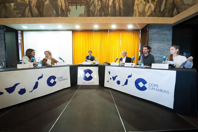 Los cabezas de lista de PSOE, CC, PP, Podemos y C's, durante el debate organizado por la Cope, moderado por Mayer Trujillo, y celebrado en el Casino de Tenerife. / FRAN PALLERO