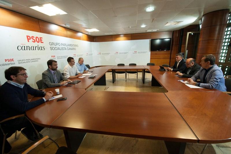 La reunión de la mesa de seguimiento del pacto tuvo lugar ayer en la sede del PSOE en el Parlamento. / F. P.