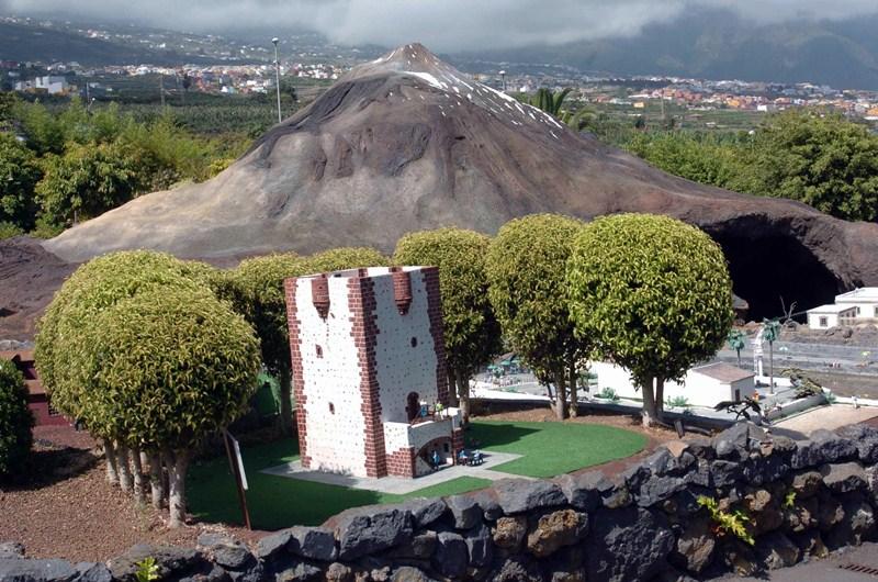 Maqueta de PuebloChico en la que se reproduce el Teide y la Torre del Conde, en la isla de La Gomera. / DA
