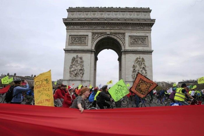 Marcha de ciclistas con el Arco del Triunfo de fondo. | REUTERS