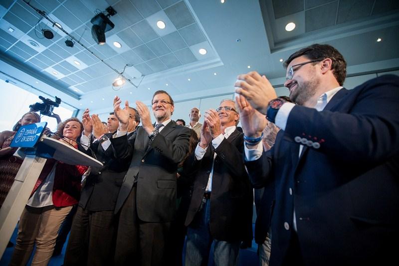 Mariano Rajoy, durante el mitin en Santa Cruz de Tenerife, junto a candidatos y dirigentes de su partido en Canarias. / ANDRÉS GUTIÉRREZ