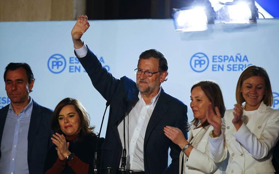 Mariano Rajoy saluda a sus militantes después de la victoria. | REUTERS