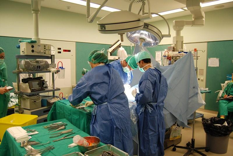 El Hospital de La Candelaria es el centro canario que más intervenciones quirúrgicas realiza actualmente. / DA