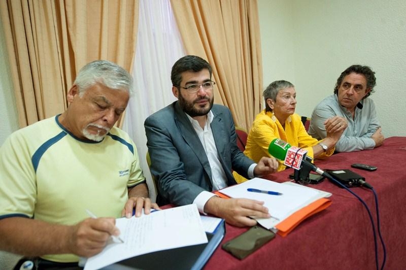 Los miembros de la plataforma, ayer, durante la rueda de prensa que ofrecieron en Santa Cruz. / FRAN PALLERO
