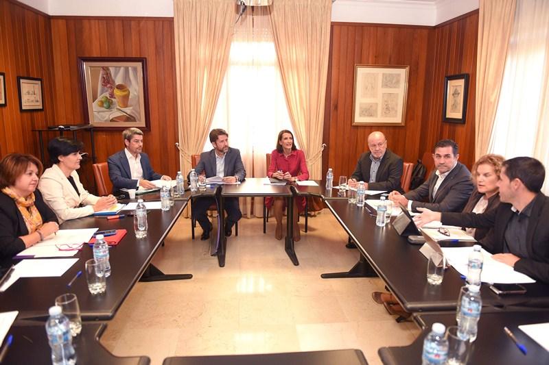 Representantes insulares y regionales se reunieron ayer durante dos horas en el Palacio insular. / SERGIO MÉNDEZ