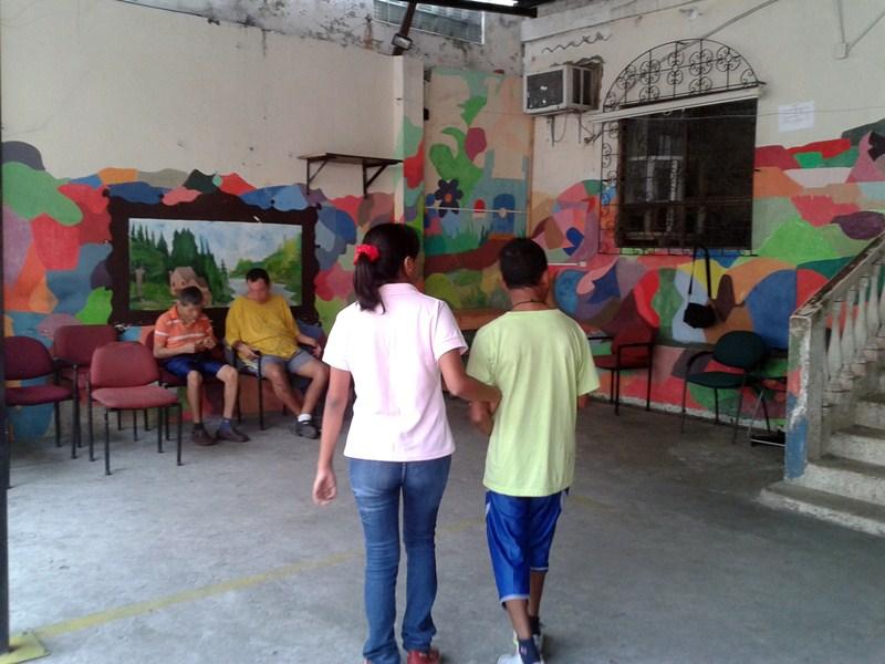 El acompañamiento y asistencia a personas con discapacidad es uno de los ámbitos en los que colaboran los voluntarios de la ULL. / DA