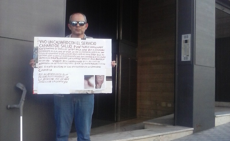 Vicente, un güimarero de 45 años, lleva esperando desde 2013 para una operación que alivie su enfermedad vascular en la pierna izquierda. / DA