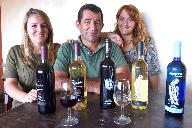 Nicasio Díaz y sus hijas Deborat y Maeva llevan la bodega. / Sergio Méndez