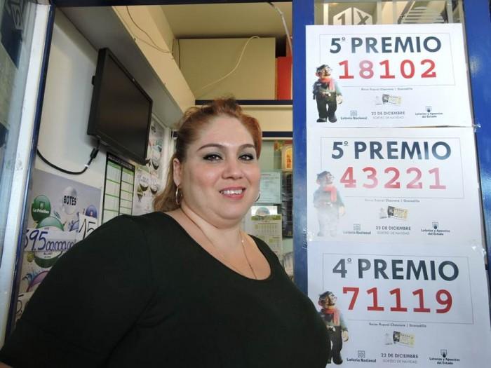 Yudelkys González, junto al cartel con los tres premios que repartió ayer La Chasnera. | NORCHI