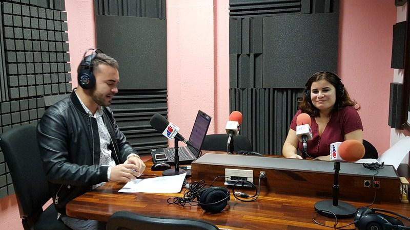 Mari Brito acudió a los estudios de la radio municipal para hacer balance de sus seis meses de gobierno. / DA