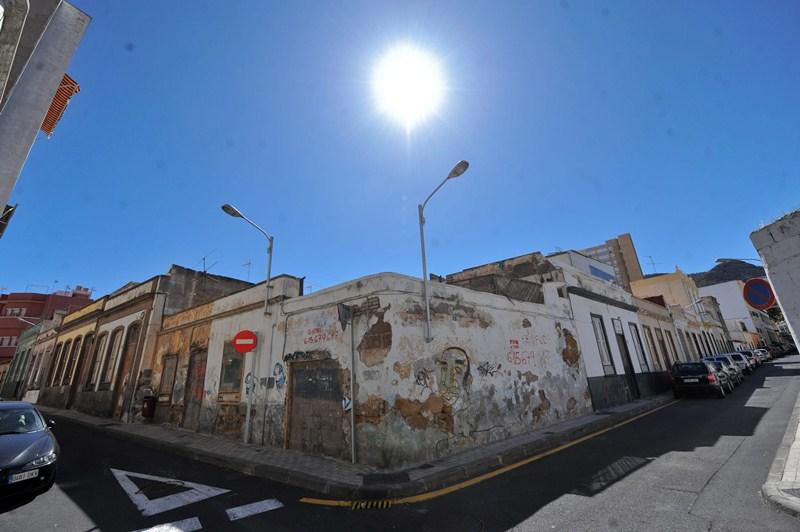 Viviendas deterioradas en el barrio de El Toscal, en Santa Cruz. / FRAN PALLERO