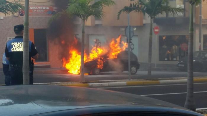 Coche ardiendo en la calle San Isidro. | JARDINER@S