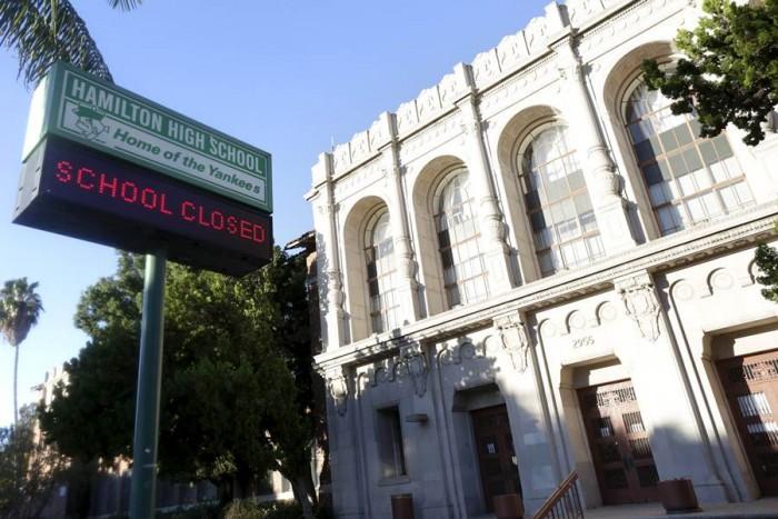 Cartel electrónico de la escuela Hamilton High School donde pone que está cerrada. | REUTERS