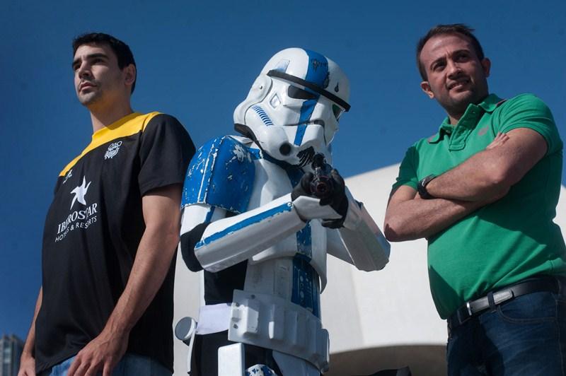 Stormtrooper S/C junto a los deportistas. / FRAN PALLERO