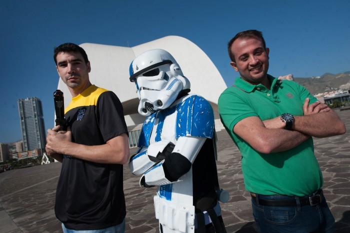 Los deportistas, junto a un stormtrooper| FRAN PALLERO