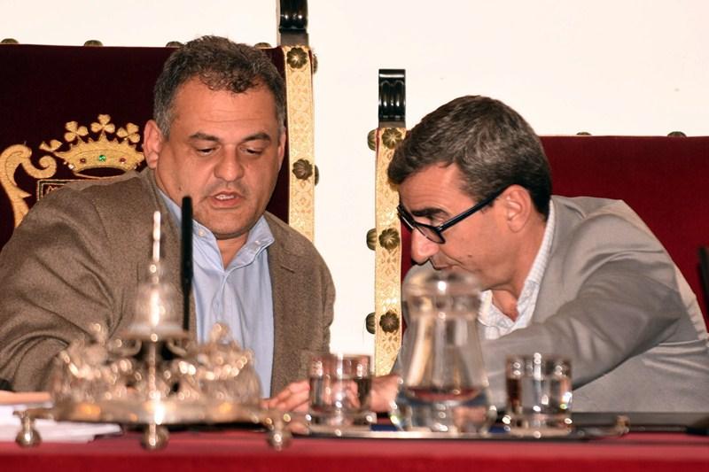José Alberto Díaz (i) y Javier Abreu, en un pleno reciente de la Corporación Municipal. / SERGIO MÉNDEZ