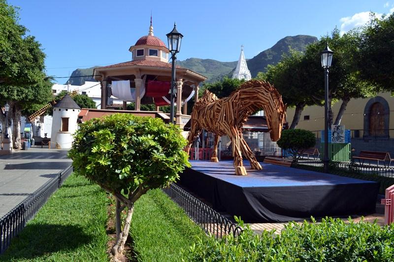 La escultura de Stinga, que levanta expectación en Los Silos, se quedará en la plaza hasta el próximo año. / DA