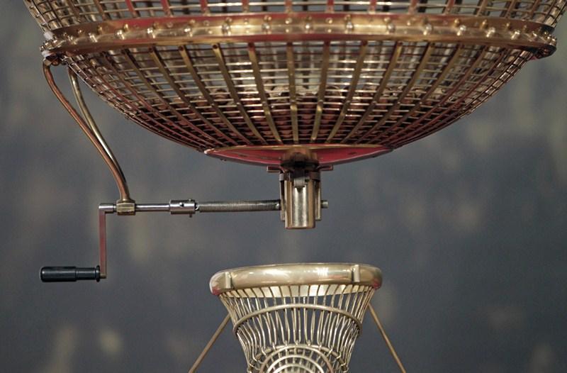 Miles de españoles estarán pendientes hoy de los bombos y los números afortunados con los premios de la Lotería de Navidad. / REUTERS