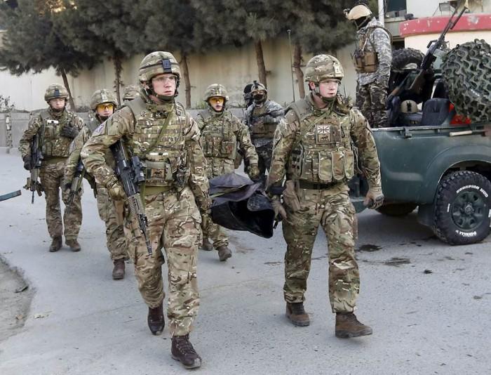 Militares británicos transportan el cadáver de una víctima del ataque a la embajada española. | REUTERS