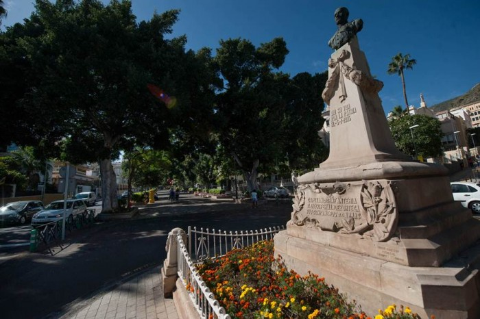 La popular estatua ha visto crecer la ciudad a su alrededor durante estos 100 años, desde una rotonda en medio de la Rambla. | FRAN PALLERO