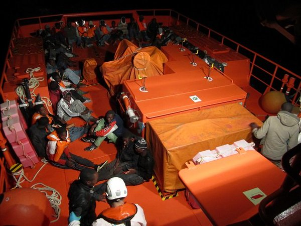 Salvamento rescató hace dos días a 47 inmigrantes subsaharianos que viajaban hacia las Islas. / SALVAMENTO