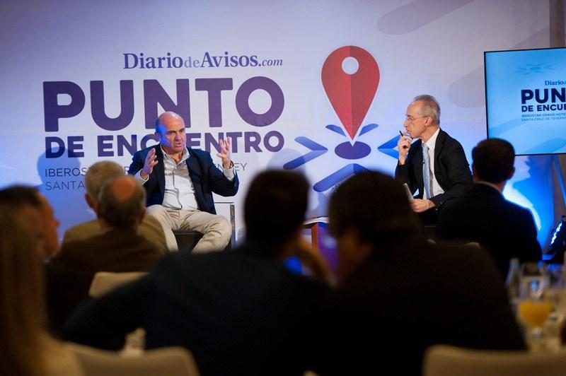 El ministro Luis de Guindos fue entrevistado por el periodista Carmelo Rivero y respondió, además, las preguntas formuladas desde el público. / FRAN PALLERO