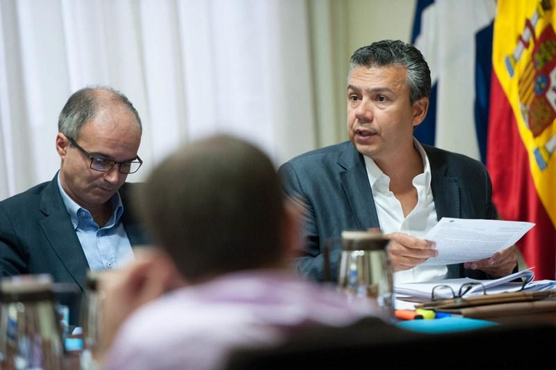 Dámaso Arteaga (d), ayer, durante la comisión de control municipal celebrada en el Ayuntamiento. / FRAN PALLERO