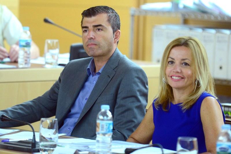 El presidente-portavoz y la portavoz del PP en el Cabildo, Manuel Domínguez y Ana Zurita. / S. MÉNDEZ