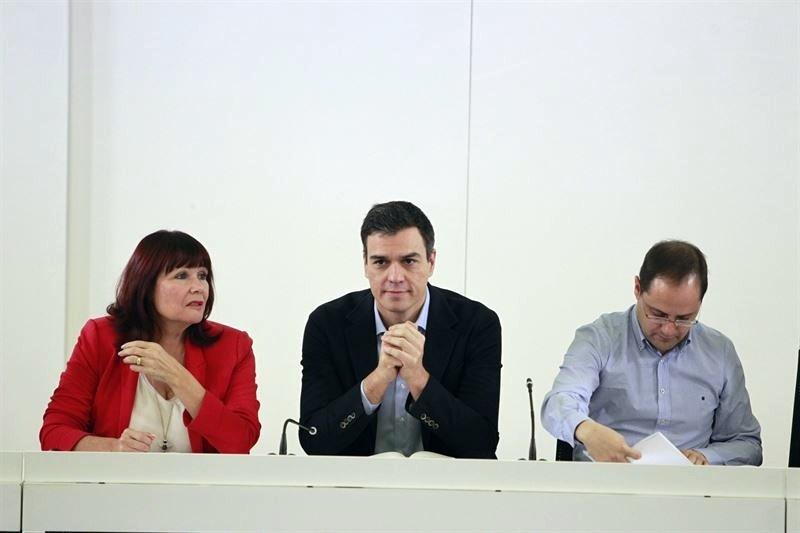 Pedro Sánchez, flanqueado por Micaela Navarro y César Luena, en la reunión de la ejecutiva del PSOE. / EP