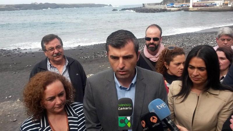 La entonces delegada del Gobierno y miembros del PP se desplazaron en marzo a Icod para visitar la playa. /DA