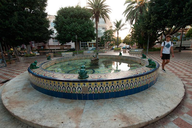 El aspecto actual del recinto es una réplica de la plaza de Las Ranas del sevillano Parque de María Luisa. / F.P.