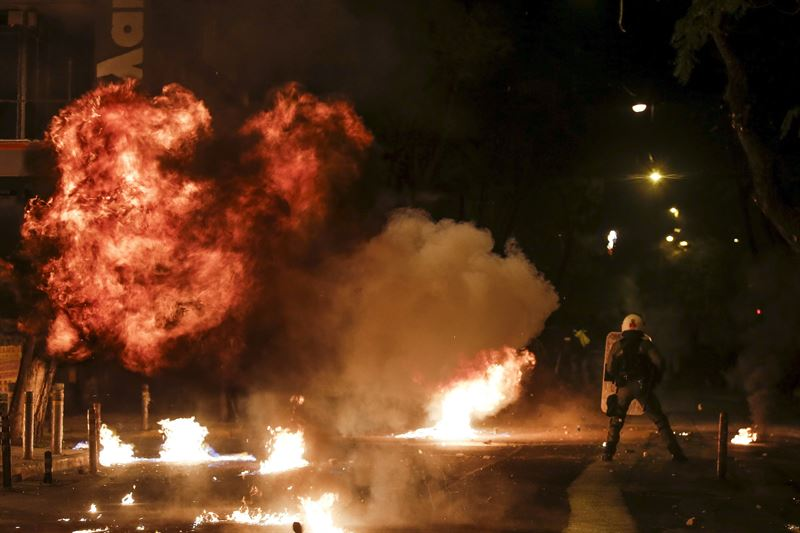Varios contenedores han estallado en llamas en las calles atenienses. / REUTERS (ALKIS KONSTANTINIDIS )