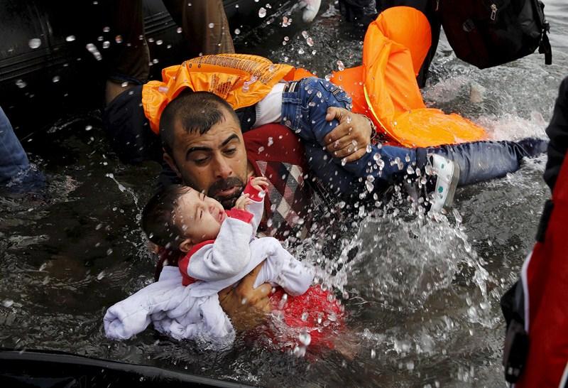 Cientos de refugiados, muchos de ellos niños, siguen jugándose la vida para escapar de la guerra. / REUTERS