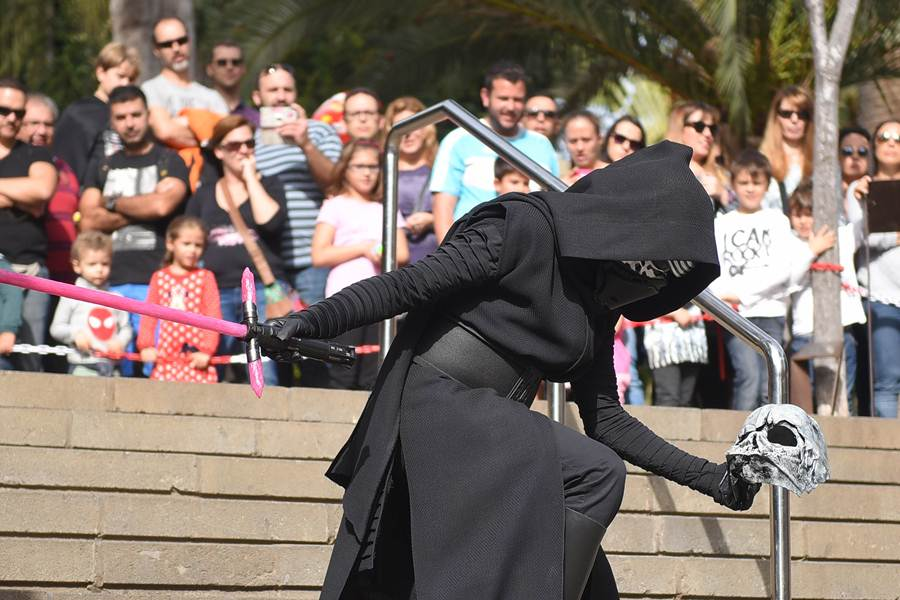 Numerosos fans de Star Wars se reunieron ayer en el Reloj de Flores para disfrutar de la exhibición.   S. MÉNDEZ