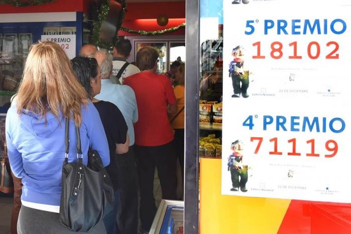 Colas para cobrar la lotería en La Chasnera. | SERGIO MÉNDEZ