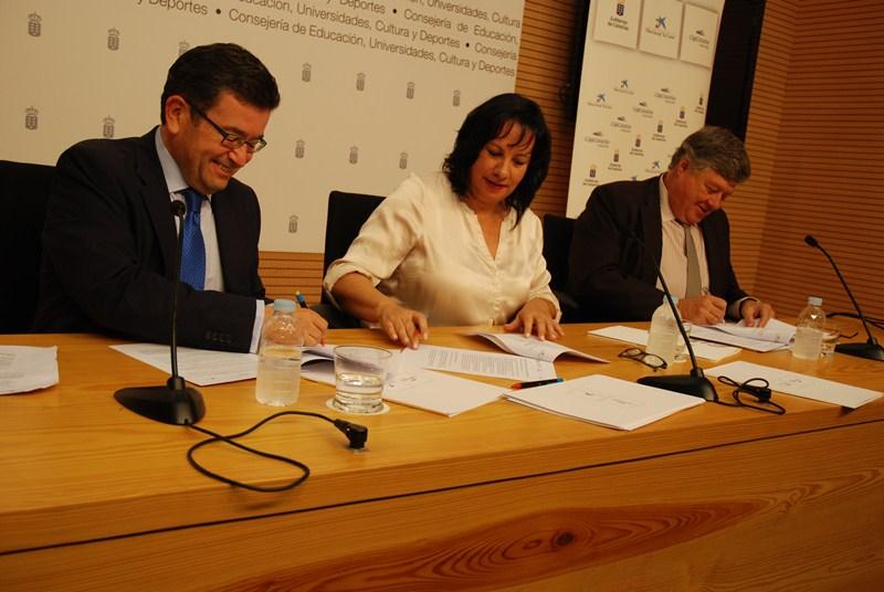 Juan Ramón Fuertes (i), Soledad Monzón y Alberto Delgado, ayer, durante la firma del acuerdo. / DA
