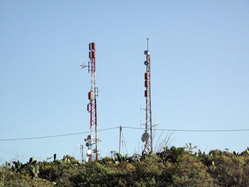 Algunas de las antenas emplazadas en la Montaña de San Roque, en La Laguna. / DA