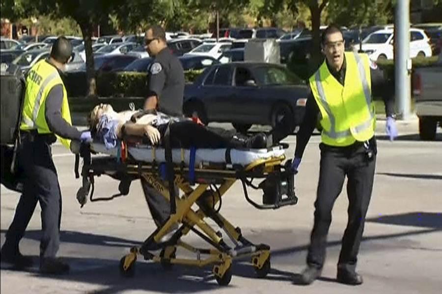 Imágenes del despliegue policial, militar y sanitario tras el tiroteo en California. | REUTERS