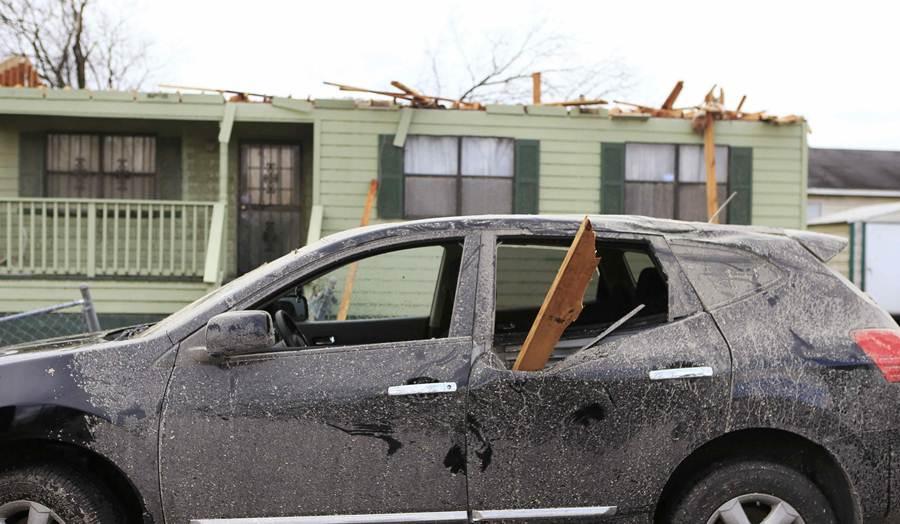 Daños causados por el tornado. | REUTERS